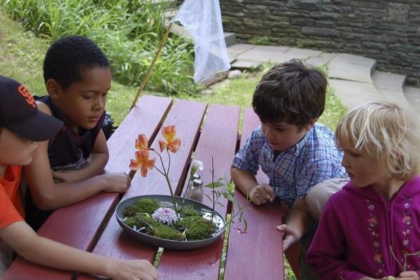 kids look at ikebana